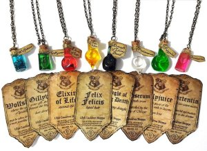 Colar Harry Potter Poções (Wolfsbane, Felix Felicis, Amortentia, Gillyweed, Veritaserum, Polyjuice, Elixir Of Life, Draught Of Living Death)