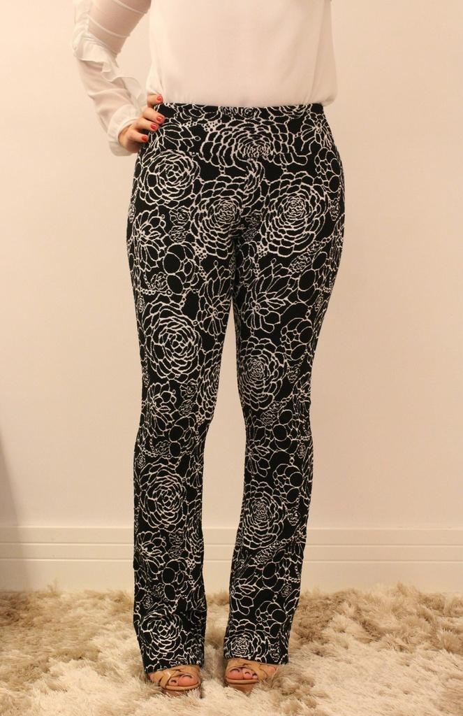 5862ca841 Calça feminina modelagem flare em tecido jacquard na cor preta com florais  branco. Calça feminina modelagem flare ...