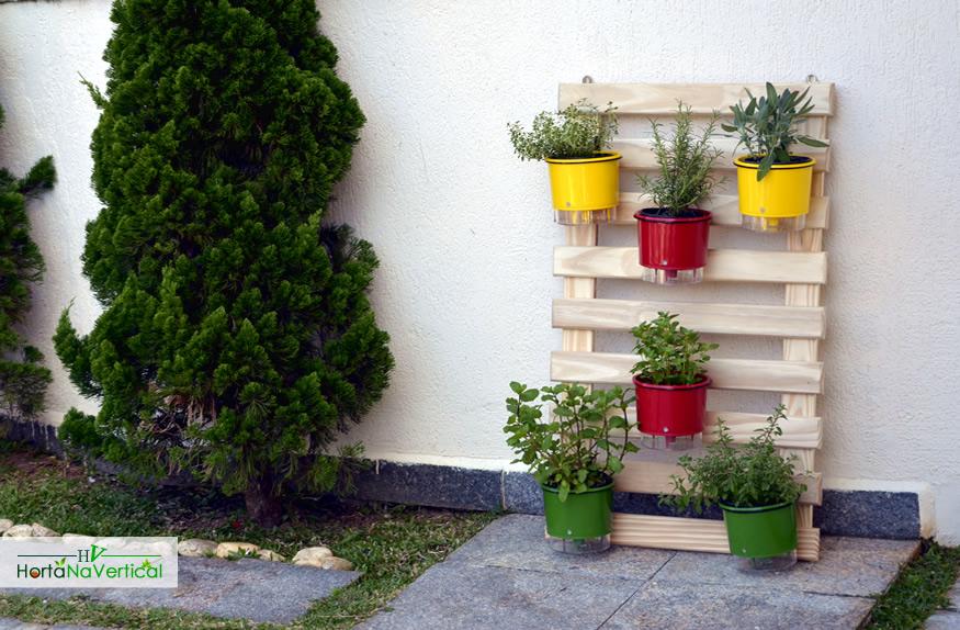 horta-vertical-de-madeira-com-tela-3-vasos