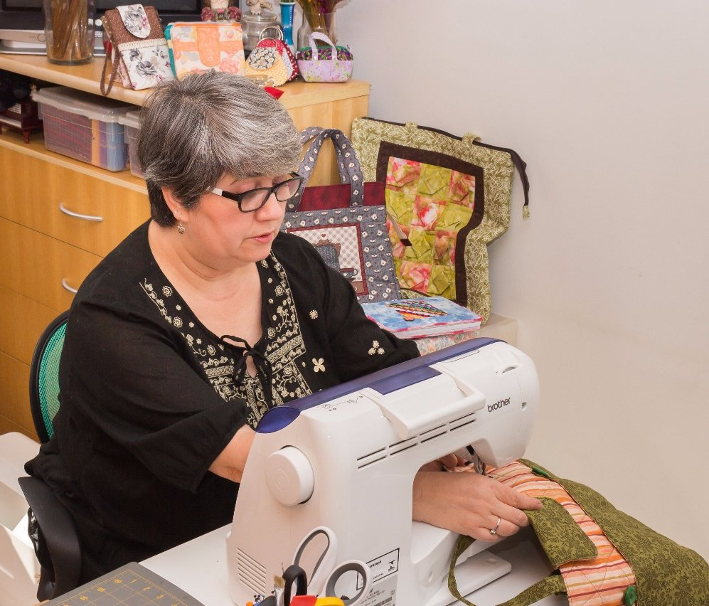 Os belos acessórios produzidos por Rita Resende em técnica patchwork são práticos e bonitos. Disponíveis na Maritaca Store.