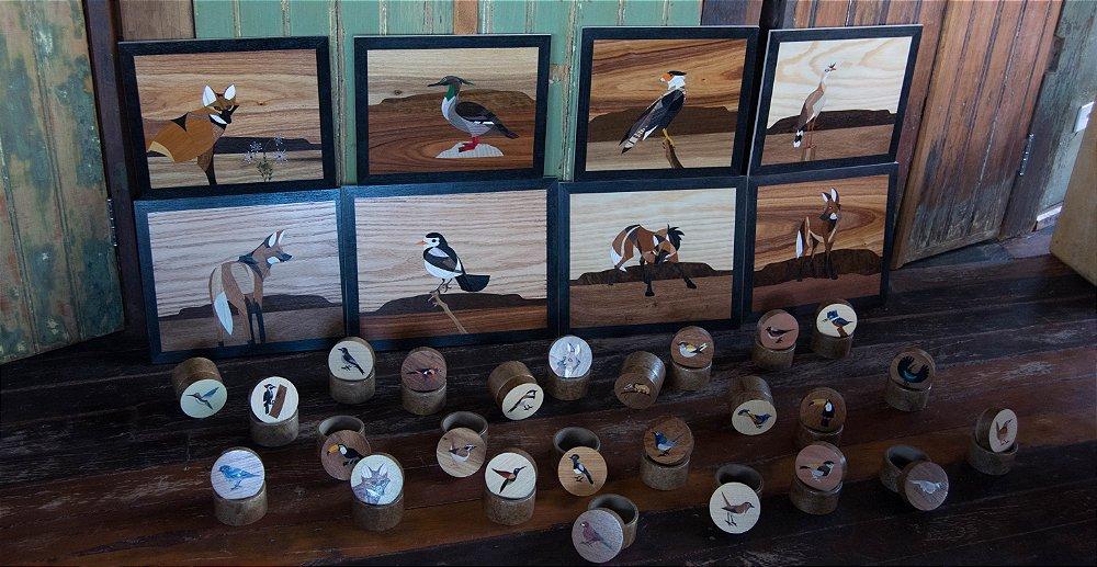 Simone Fraga retrata animais do Cerrado com sua linda arte em Marchetaria. Disponível na Maritaca Store.