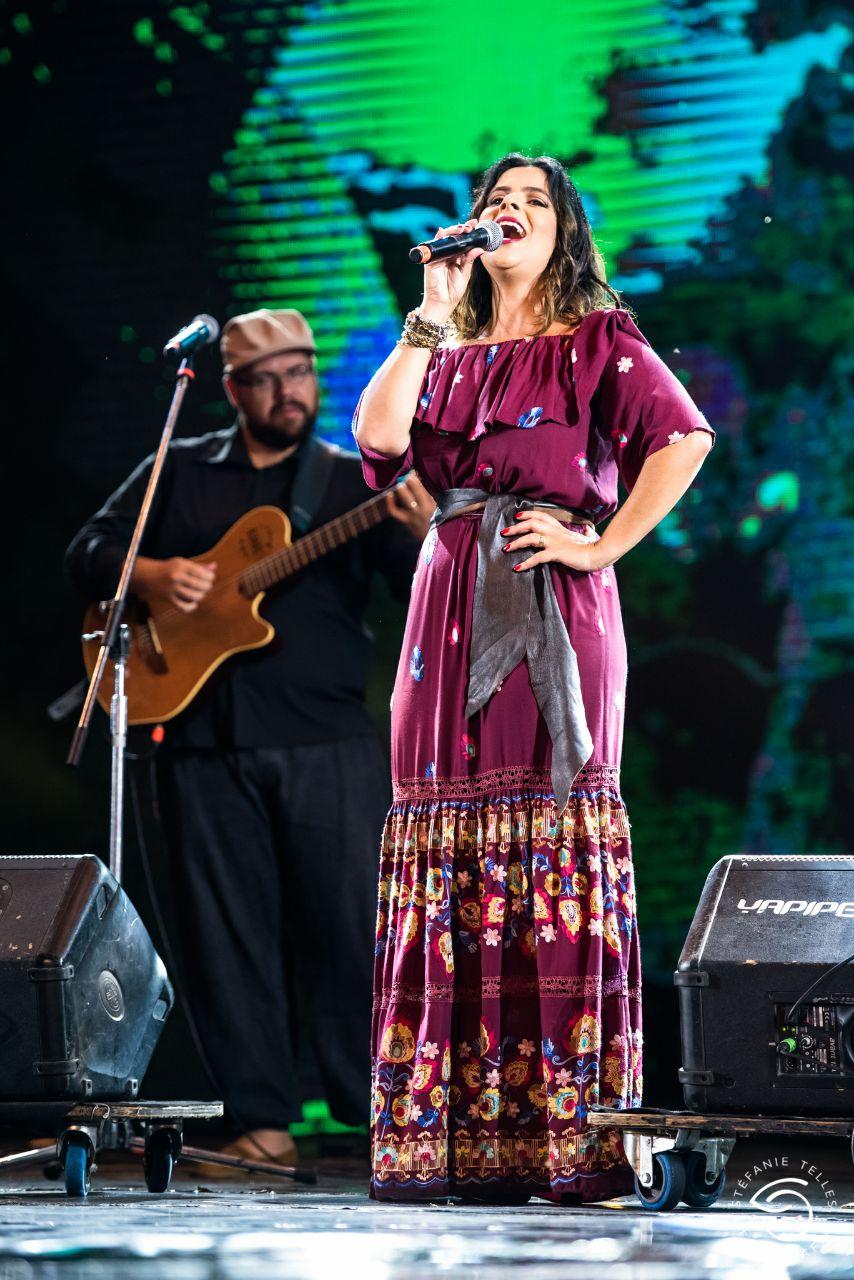 Com roupas idealizadas para representar a mulher gaúcha a partir de uma  releitura da vestimenta tradicional ... 6ea1b3346e0