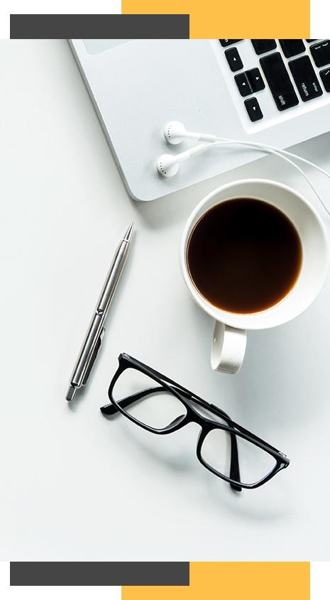 Mesa de trabalho com café