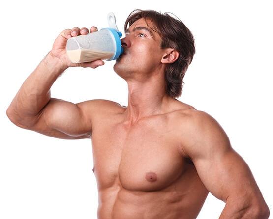Homem bebendo Biota One.