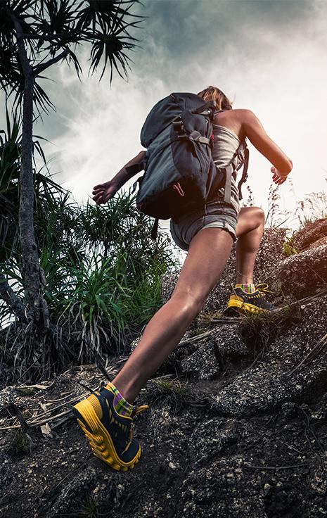 Mulher fazendo trilha