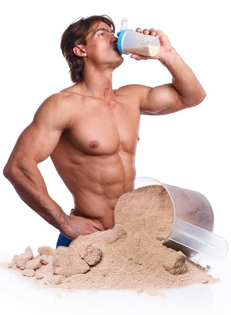 Rapaz forte e saudável bebendo whey protein
