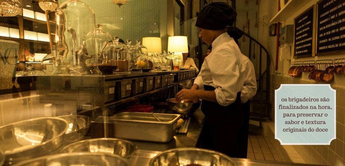 os brigadeiros são finalizados na hora, para preservar o sabor e textura originais do doce