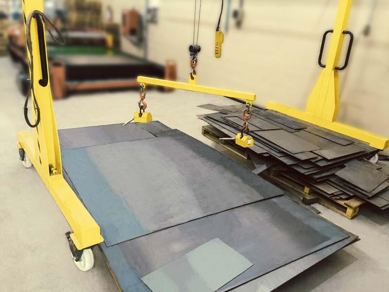 Uma imagem contendo amarelo, interior, chão, serra elétricaDescrição gerada automaticamente