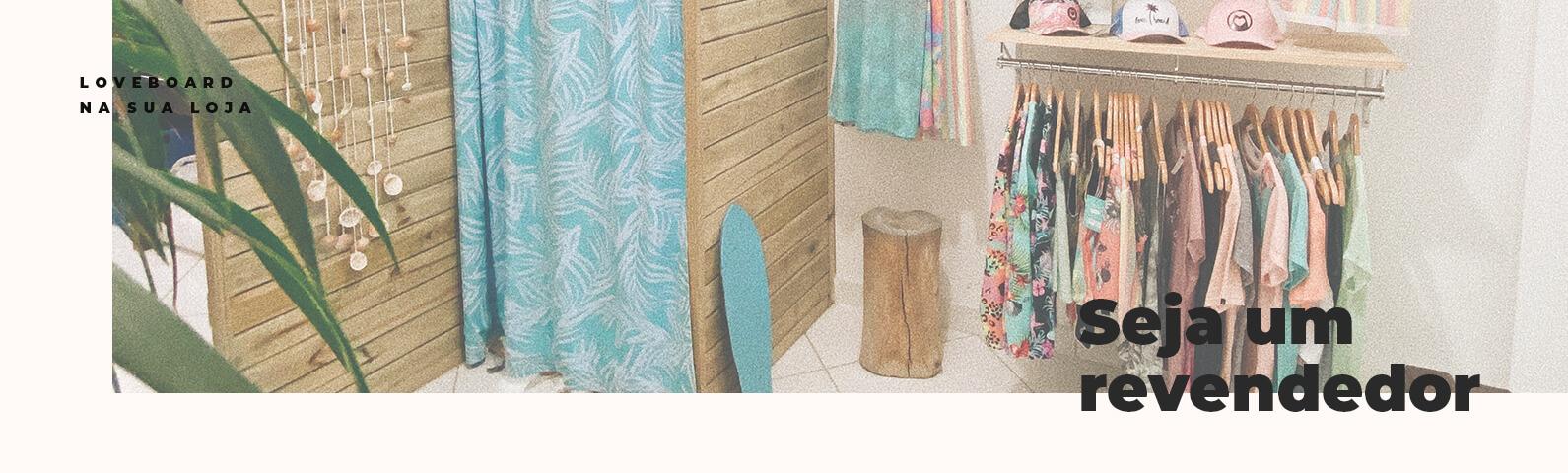 Na imagem mostra a loja fisica da loveboard com os produtos no cabide espostos, junto a um provador de roupas com espelho