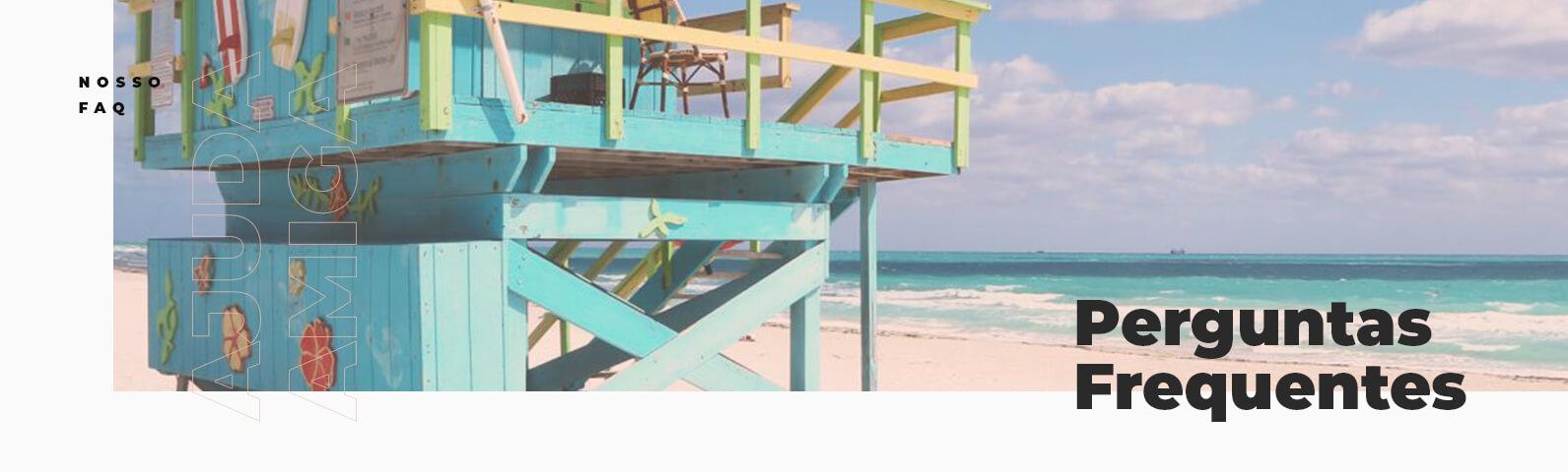 Na imagem se encontra uma casa de salva-vidas na beira da praia, com texto escrito 'perguntas frequentes'.