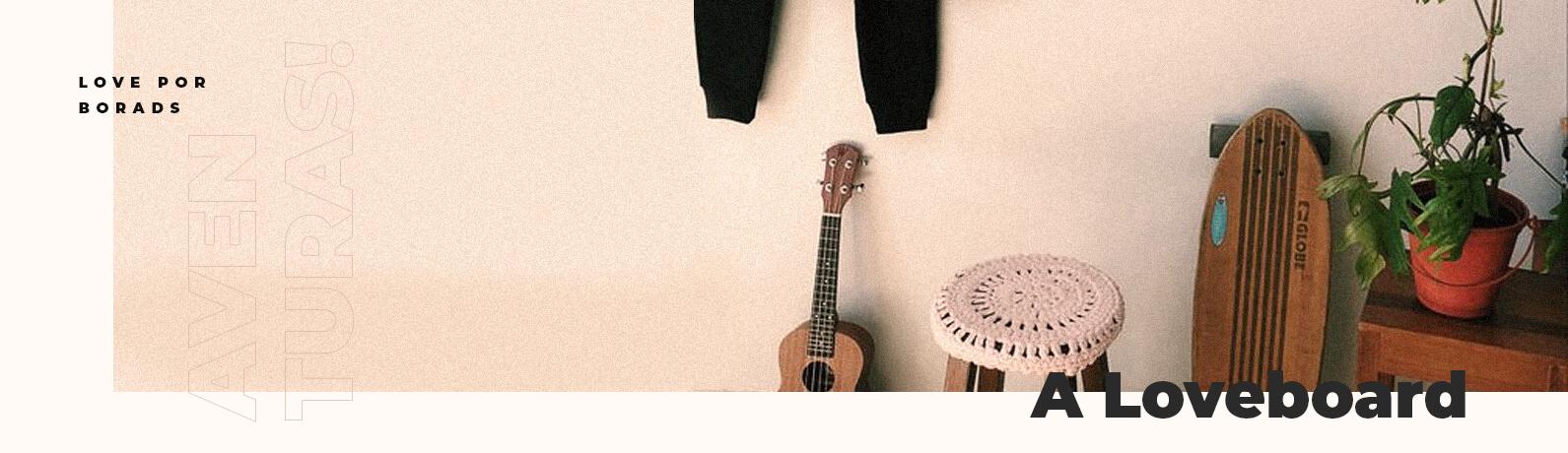 Mostra uma parece com alguns itens, uma vaso com planta, cavaquinho, um longboard com adesivo da loveboard e um banquinho com capa de crochê.