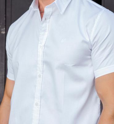 modelo com camisa manga curta