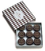 Caixa com 9 forminhas de chocolate recheadas de brigadeiro