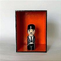 Nicho com Charlie Chaplin Carlitos em madeira