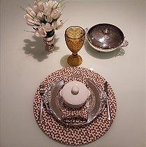 Capa de tecido para sousplat florzinhas marrons e brancas