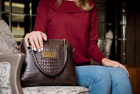 8a8ef3b6a8718 Bolsa de mão Donna em couro café - Enluaze | Bolsas e acessórios de ...