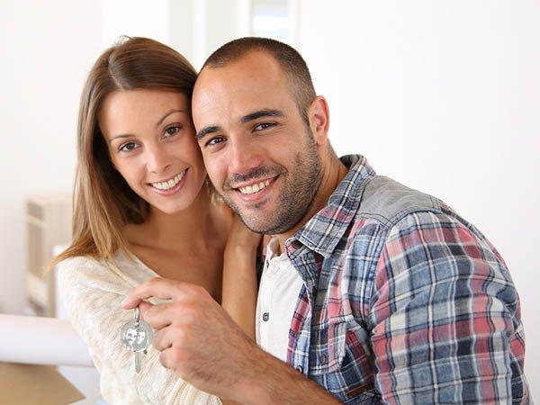 casal-feliz-com-chaveiro-personalizado