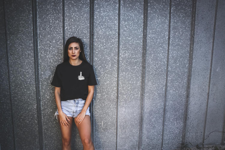 Camiseta Bordada Dando Dedo