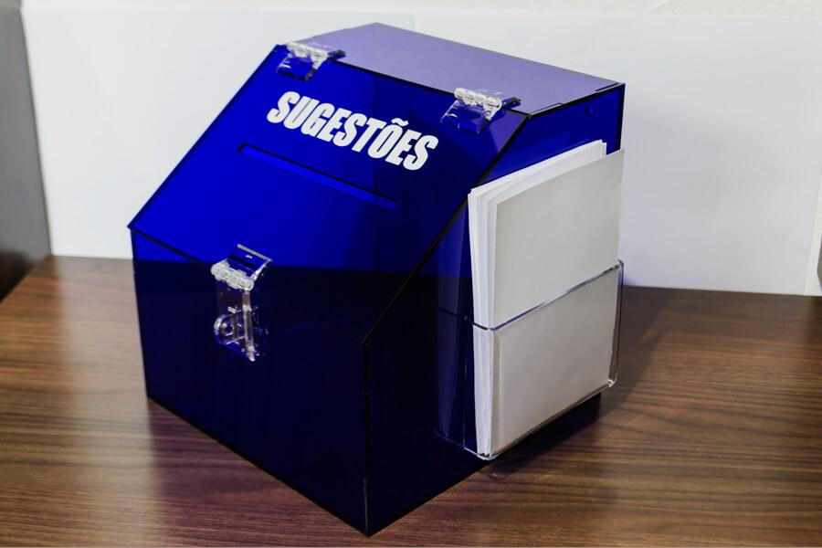 Caixa de sugestões em acrílico azul
