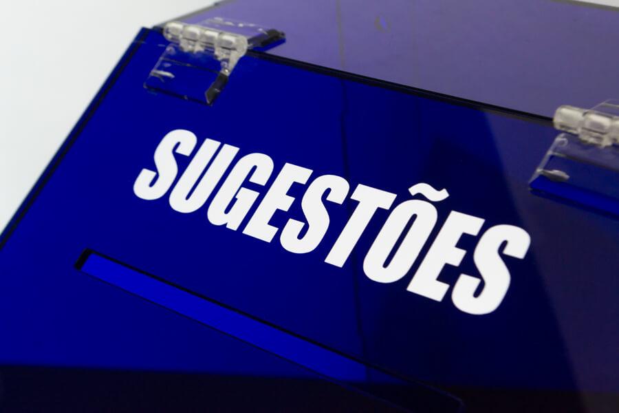 urna de sugestões em acrílico azul