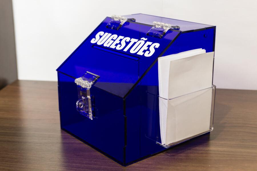 Mini caixa de sugestões em acrílico azul