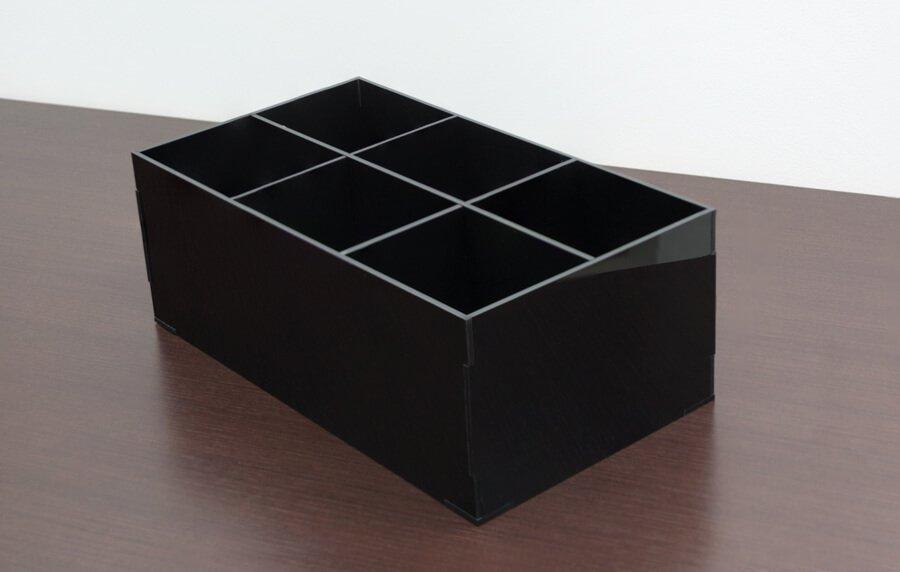Porta pincel em acrílico preto com 6 divisórias internas