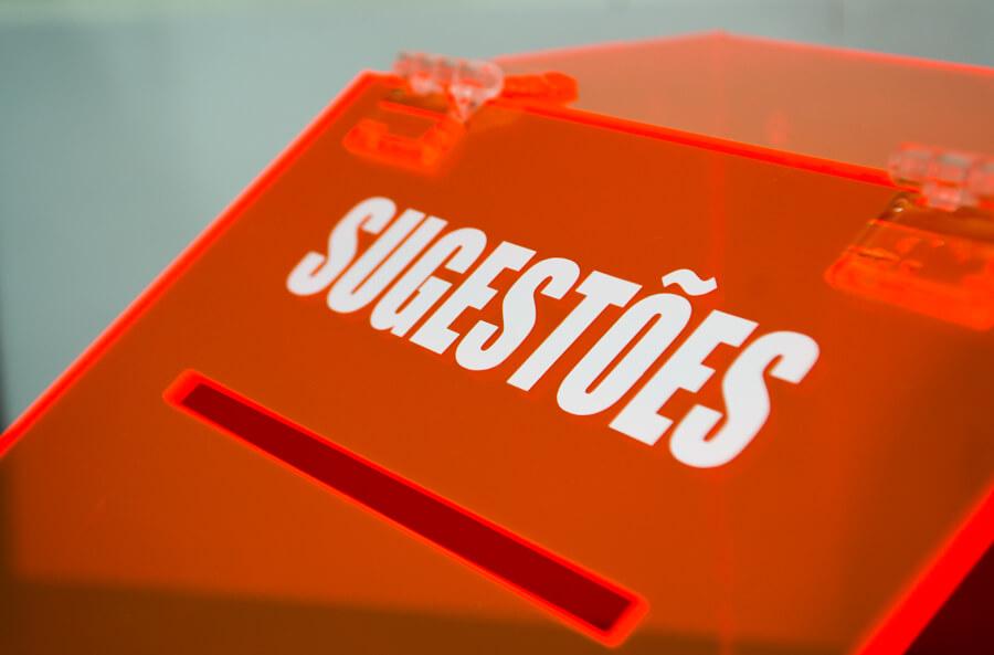 urna de sugestões laranja