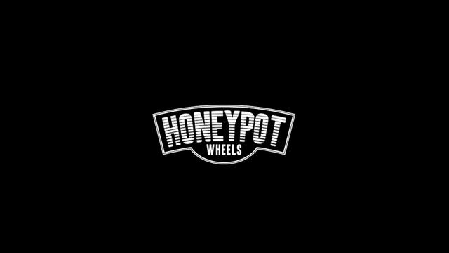 Boné Honeypot Aba Curva strapback com ajuste traseiro com fecho em  presilha. Perfeito para compor um look pro role. Material 100% Algodão. 4c542c2aefe