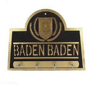 Porta Chave Baden Baden de Madeira em alto relevo.