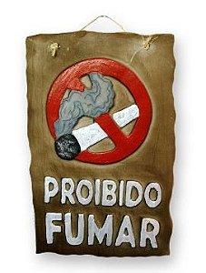 Placa Proibido Fumar com detalhes em alto relevo.