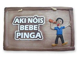 Placa Aki Nóis bebe Pinga em alto relevo.