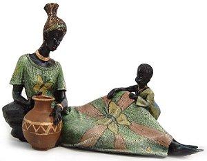 Africana grande deitada Com menino em resina