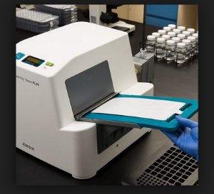 Seladora para cartelas QUANTI-TRAY - PLUS  para uso com susbstrato cromogenico marca IDEXX