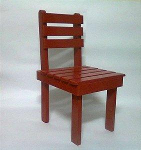 Cadeira infantil em madeira.