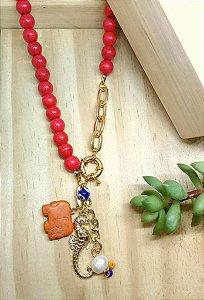 Colar Patuá Pedra Natural Vermelho Dourado