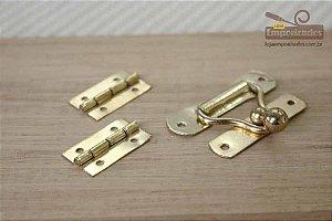 Kit Fecho Convencional Médio Dourado 47x35 + Dobradiça 15x26 para Caixa