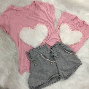 Conjunto tshirt rosa com coração branco e shorts cinza mãe e filha