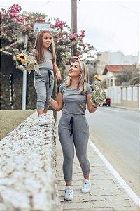 T shirt e calça canelada cinza mãe e filha
