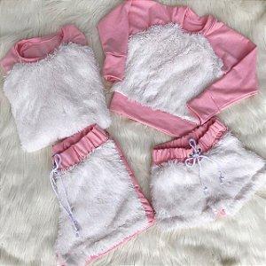 Blusa rosa com pêlo branco e shorts mãe e filha