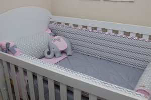 Kit Protetor de Berço - Chevron Cinza, Rosa Bebê, Bolão Cinza e Rosa Bebê