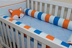 Kit Protetor de Berço - Branco estampado com Mini-Triângulos Azul Claro, Laranja e Azul Liso