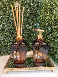 Kit: bandeja dourada 12x22, aromatizador de varetas de capim limão 250 ml, saboneteira 250 ml com aroma de vanilla (1 litro)