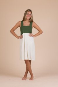 Camisola curta alça verde.