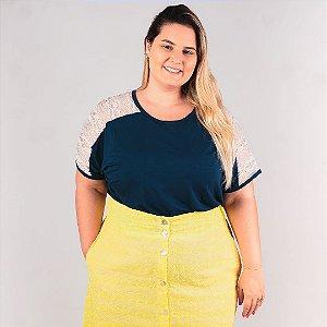 Blusa Básica Feminina Plus Size em malha com Recorte ombro em Renda