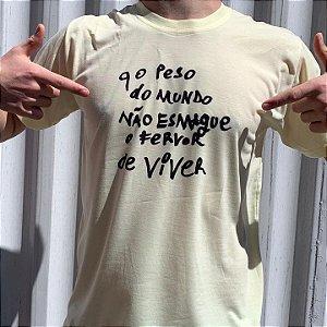 """Camiseta """"Q o peso do mundo não esmague o fervor de viver"""" (coleção Três Vidas)"""
