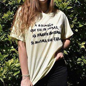 """Camiseta """"A escuridão que vai te cegar na frente do espelho te mostra um farol"""" (coleção Três Vidas)"""