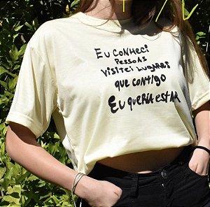"""Camiseta """"Eu conheci pessoas visitei lugares que contigo eu queria estar"""" (coleção Três Vidas)"""