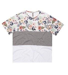 Camiseta Plus Size com Recortes em Floral, Mescla e Branco.