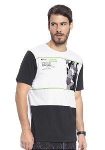 Camiseta Masculina Estampada e com Recortes