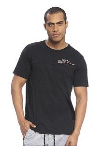 Camiseta Masculina com recorte e estampa esportiva